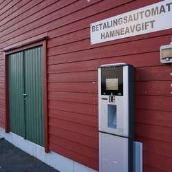I motsett gavl på same bygg er betalingsautomat for båt og bubil. (Foto: KVB)
