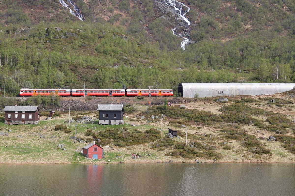 Bergensbanen, her nær Mjølfjell, var hovudkulisse for det som kanskje var tidenes første påskekrim. (Foto: Kjetil Vasby Bruarøy)