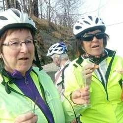 Bjørg og Gerd koste seg med is i pausen. (Foto: Egil Njøten, LHL Os)