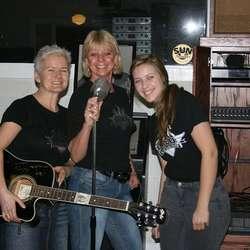 Mia, Linda og Hanne med mic-en i studio.