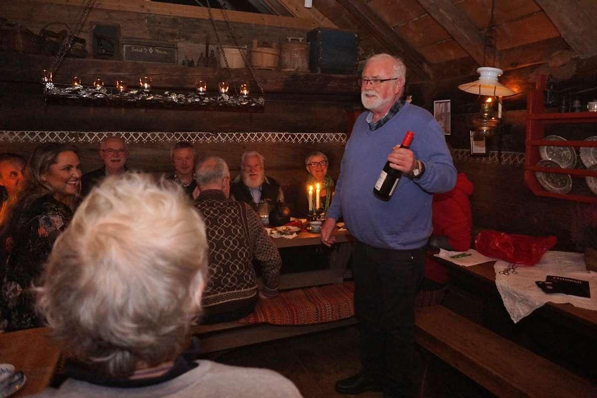 Leiar i Os Sogelag, Øyvind Tøsdal, takka vertsskapen med vin.