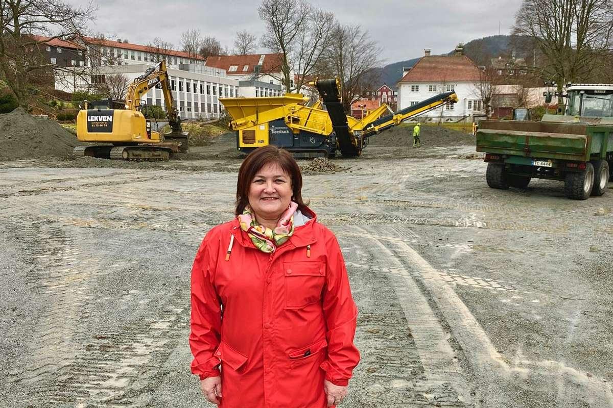Ordførar, Trine Lindborg, gler seg over at arbeidet på grusplassen endeleg er i gong. (Foto: Ørjan Håland)