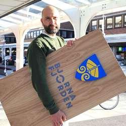 Kåre Mongstad frå Loops på veg med ny dekor. (Foto: KVB)