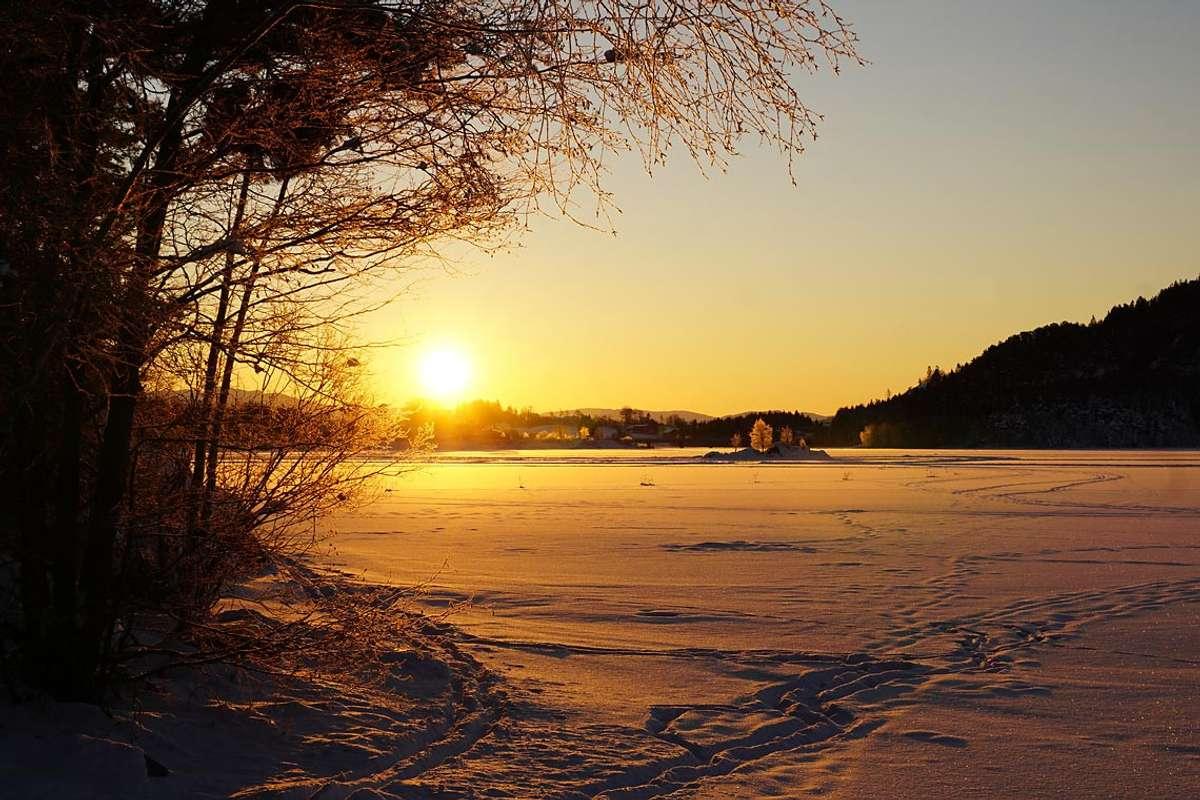 Soloppgang over Ulvenvatnet laurdag morgon. (Foto: Kjetil Vasby Bruarøy)