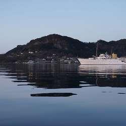 Kongeskipet KS «Norge» utanfor Vinnes. (Foto: Kjetil Vasby Bruarøy)