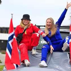 Initiativtakarane: Jenny Rokne og Lovise Fjelltveit er frå Os, og elevar ved Nordahl Grieg, som har dåp i dag. (Foto: KVB)