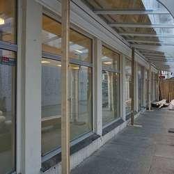 I dag skal pappen av fasaden, i morgon er det opning. (Foto: KVB)