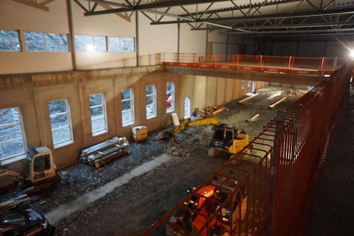 Frå andre etasje kan du sjå heile produksjonslinja. (Foto: KVB)