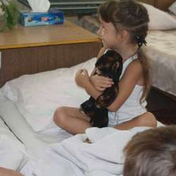 Jentene hadde med små gåver som skapte stor glede.  (Privat foto)