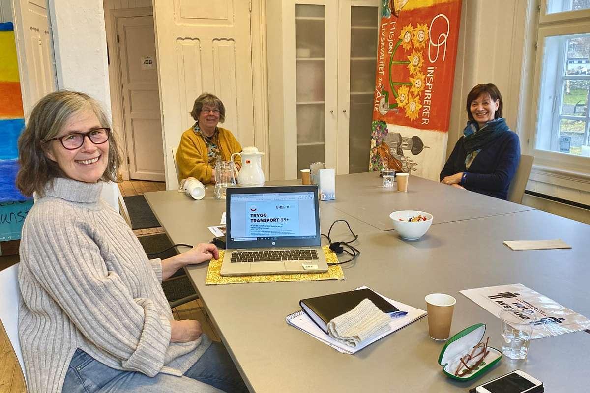 Grete Byrkjeland, prosjektleiar, Tove Hille, leiar Os frivilligsentral og Bjørg Aspenes Sjøbø, tryggleiksjukepleiar, gler seg over tilgjengelege prosjektmidlar til Trygg Transport-prosjektet. (Foto: Ørjan Håland)