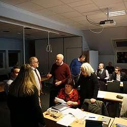 Ap med Bøe og Nøttseter (MDG) i samtale med Steinum (Ap) i bakgrunnen- (Foto: KOG)