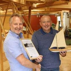 Vidar Langeland overrekte ein modell av ein oselvar og diplom til Henrik Askvik, som takk for samarbeidet (foto: AH)