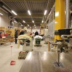 – Hallen er fleksibel, maskinene står på hjul og kan flyttast på. (Foto: KVB)