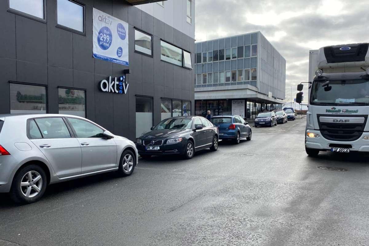 – Folk som jobbar i Os, som står heile dagen på korttidsparkering, er dagens hovudproblem, ifølgje Rosvold. (Foto: Ørjan Håland)