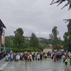 Så strøymde det publikum til området og ut av telta. (Foto: KVB)