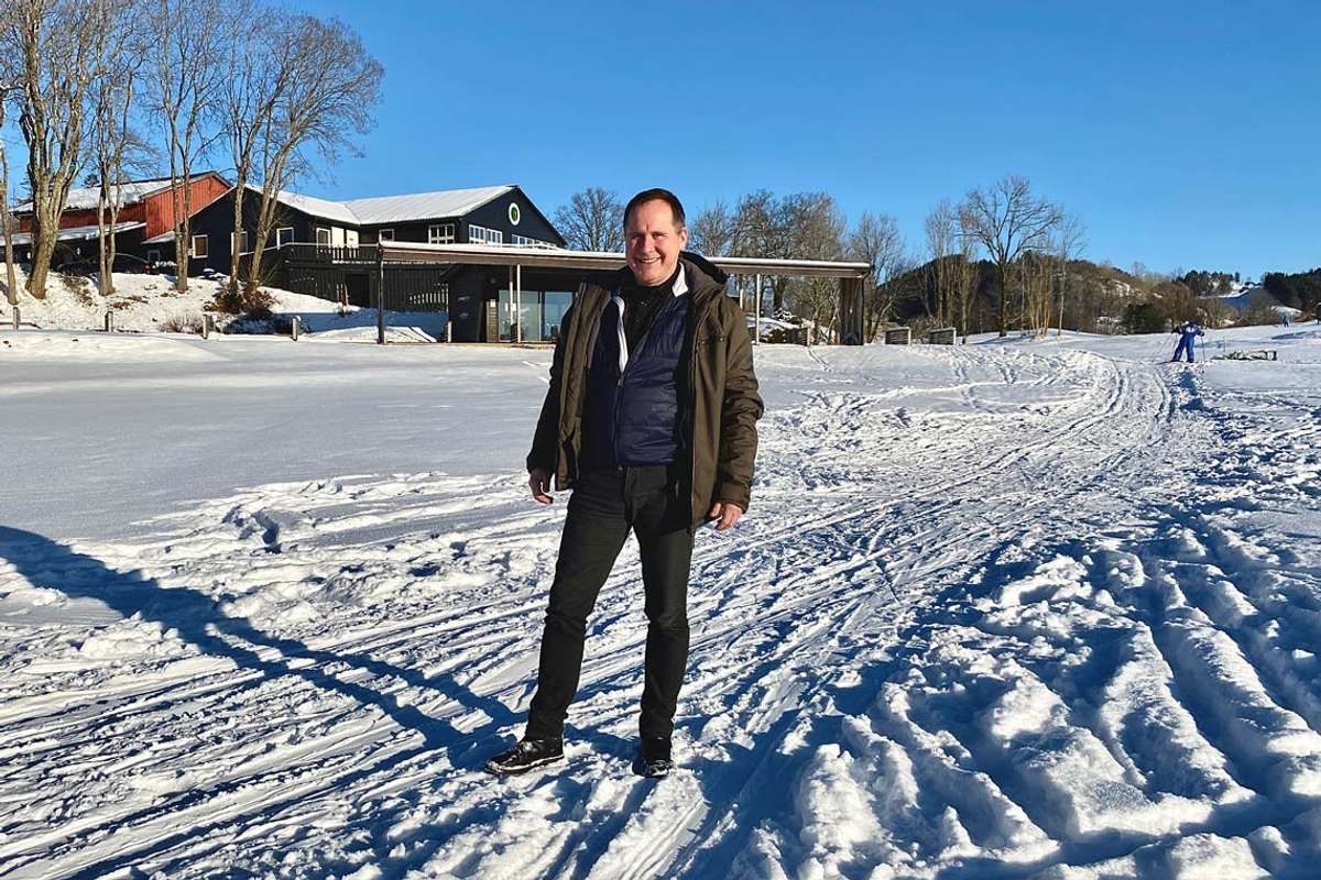 Dagleg leiar i Bjørnefjorden Golfklubb, Bjarte Wiberg, ønskjer Bjørnafjordingane velkommen til nypreparerte skiløyper. (Foto: Ørjan Håland)