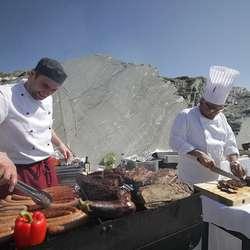 Også kokkane var tatt ned mellom stranda og den nye kaien. (Foto: Kjetil Vasby Bruarøy)