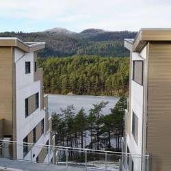 Samtidig blir det bygd tre terrasseblokker med til saman rundt 100 bustadar. (Foto: Kjetil Vasby Bruarøy)