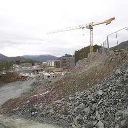 I denne skråningen kjem det tre terrasseblokker, den første er under bygging. (Foto: KVB)