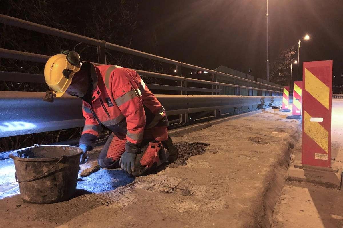 Delar av fortauet blei reparert i mars, men det er behov for nytt dekke på heile brua. (Foto: Kjetil Vasby Bruarøy)