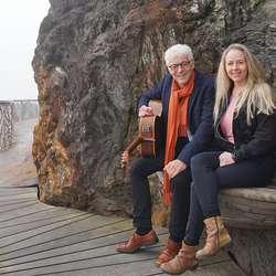 Jan Haaland og Kristine Bjånes serverte ein forsmak ved kaien til Solstrand. (Foto: KVB)
