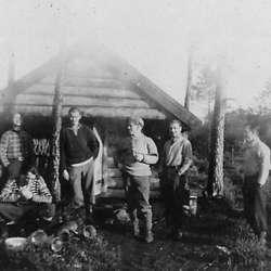 Redningsfolk utanfor Botnahytta; Jakob Hjelle, Thorbjørn (Tobben) Lyssand, Kjell Harmens (døydde i 2019), Ivar Dyngeland, Haldor (Sigvald) Øvredal og Rolf (Piten) Olsen.