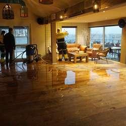 Sjøen skvett inn i lokalet. Men Peppes er open. (Foto: KVB)