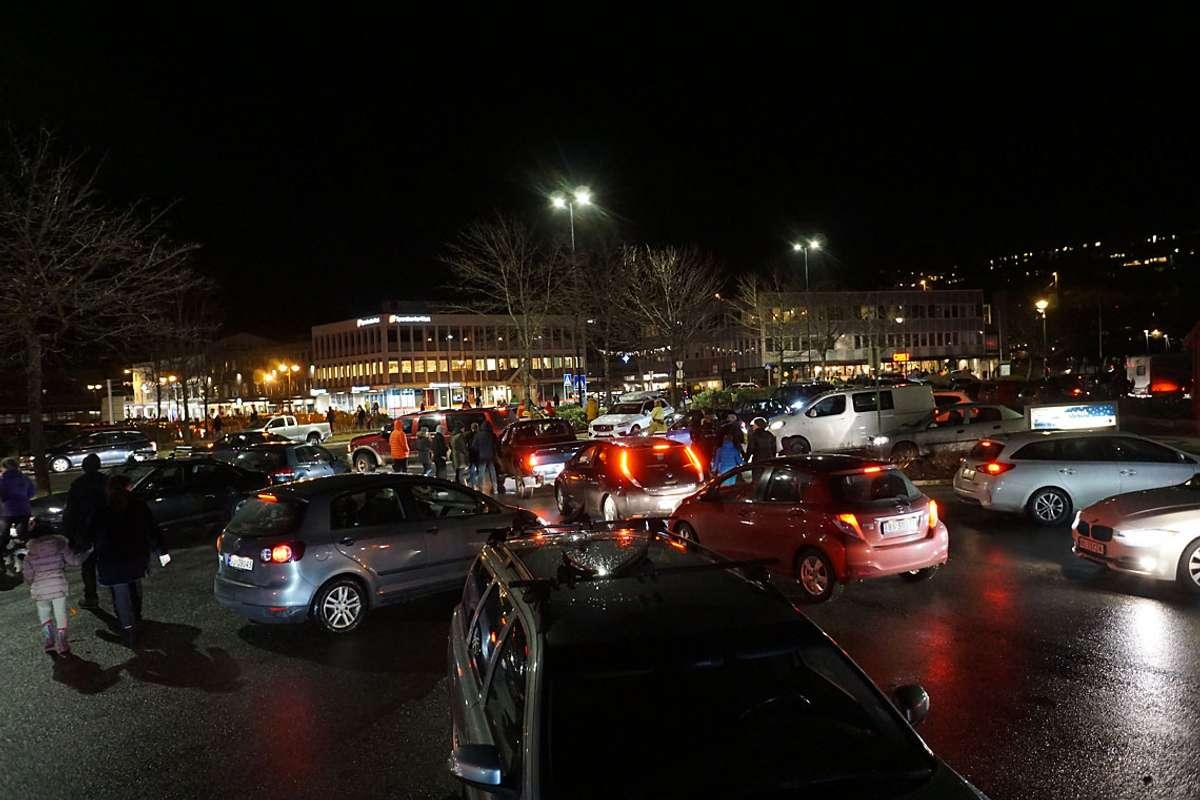 Tett trafikk då alle skulle heim. (Foto: KVB)