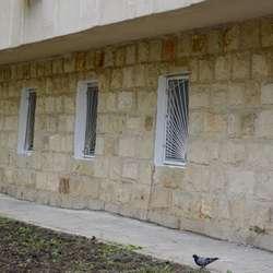 Det nye synsenteret har fått nye vindauger (foto: Kåre Ness, Hjelp Moldova)