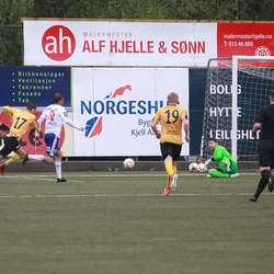 Midtun redda skotet frå Pedersen, som skåra på returen. (Foto: KVB)