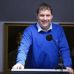 Helge Steinum (Ap) var lei av å vera negativ, og ba om gruppemøte. (Foto: KVB)