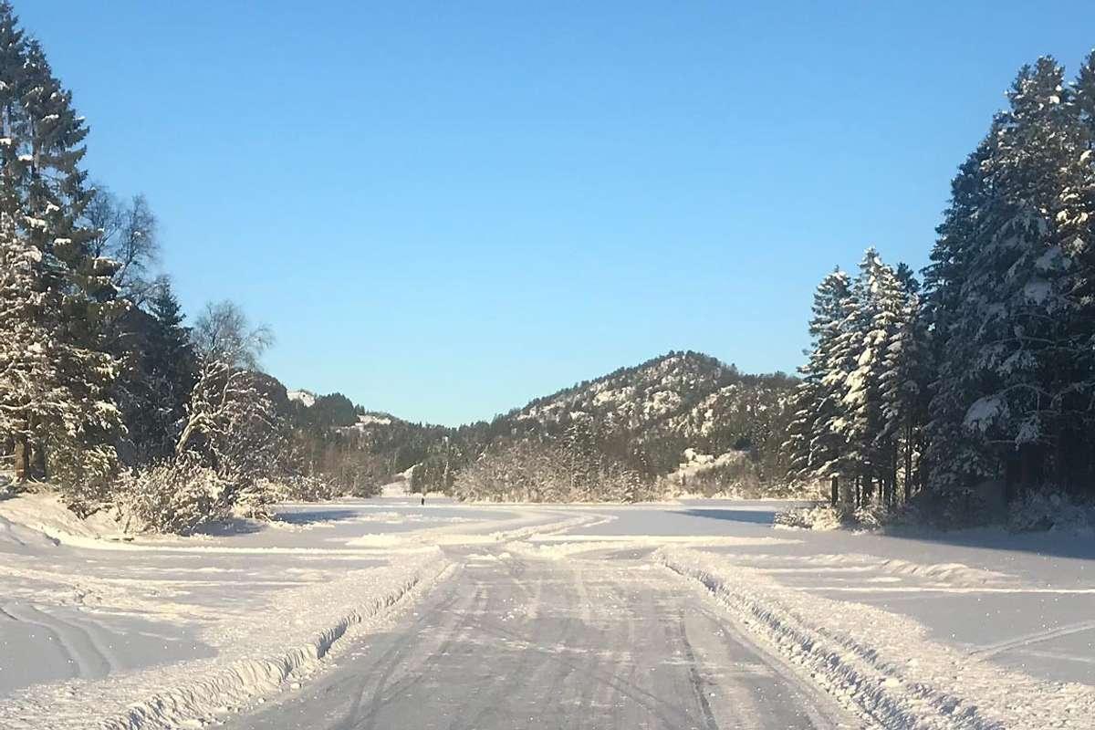 No kan du stå på ski og skøyter frå Øvreeide Gard til Hegglandsdalen barneskule. (Foto: Tore Øvreeide)