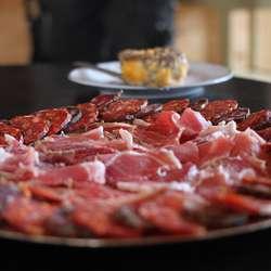 Gjestane inviterte til samkome i Oselvarnaustet og serverte lokale råvarer frå Baskerland