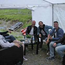 Eirik med band bak scenen. (Foto: KVB)