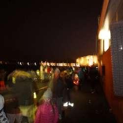 Os Rockeklubb sette opp 16 høgttalarar rundt hamna. (Foto: KVB)