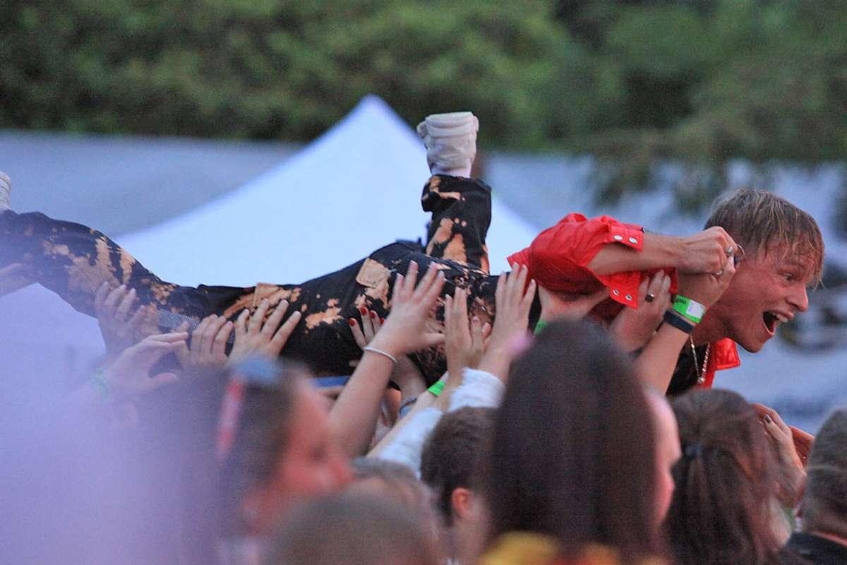 Etter å ha spelt frå ein heis bak publikum blei Sondre Justad løfta tilbake til scenen av støttande hender. (Foto: Kjetil Vasby Bruarøy)