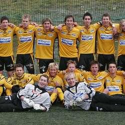 Etter opprykket med juniorlaget i 2007. Aleksander øvst i midten, Martin nede som nr 3 frå høgre. (Foto: KVB)