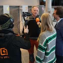 Egil Rundhovde og Ole Tobias Lindeberg vert intervjua av TV Vest. (Foto: KOG)