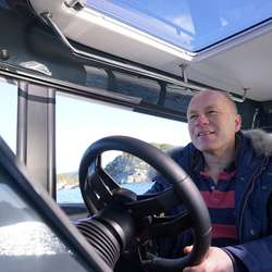 Arne Falk Drange blir glad når han ser at ungar framleis får eiga eigne båtar. (Foto: KVB)