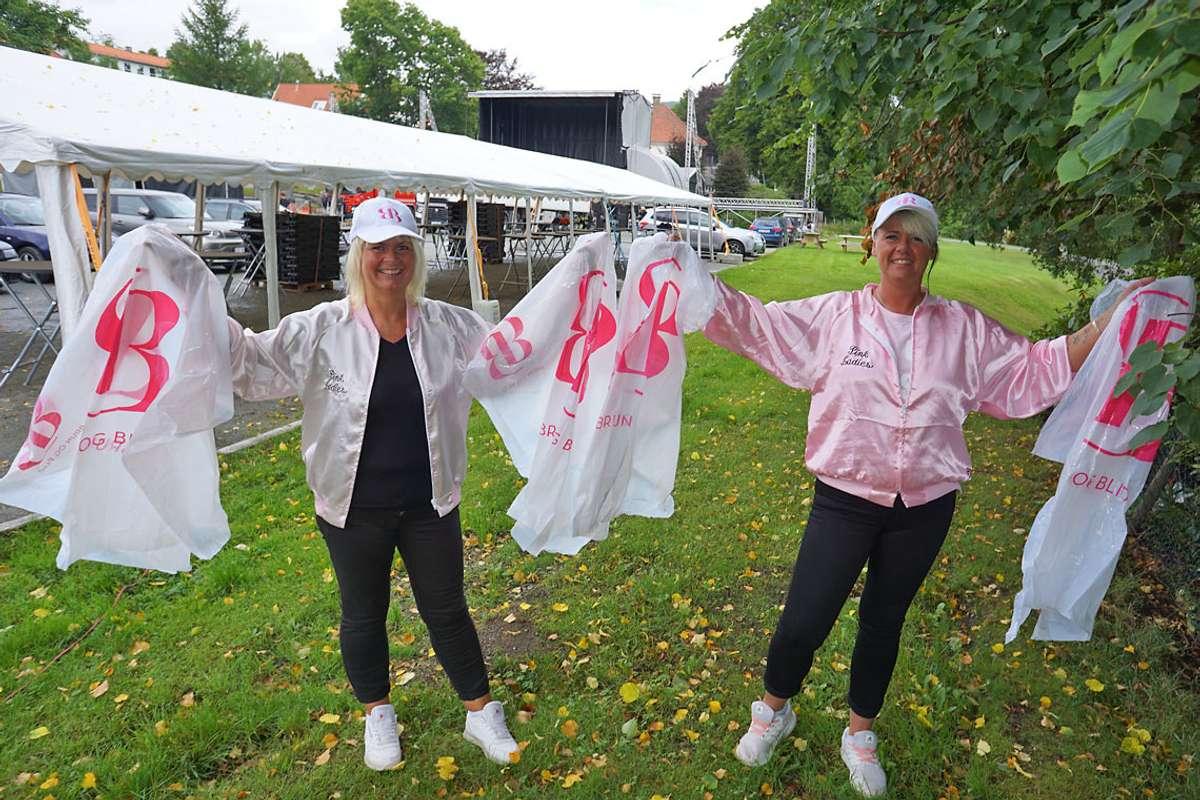 Pink Ladies, Monica Sagen Jensen og Veronika Wilhelmsen, deler ut Brun og Blid-poncho under Osfest. (Foto: Kjetil Vasby Bruarøy)