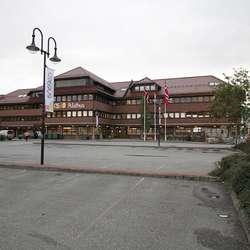 Så tom har du aldri før sett p-plassen framfor rådhuset. (Foto: KVB)