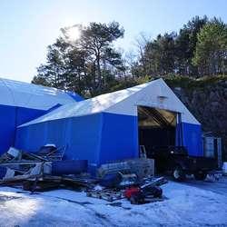 Fjellet bak telta skal sprengast vekk, ny verkstadhall skal byggast. (Foto: KVB)