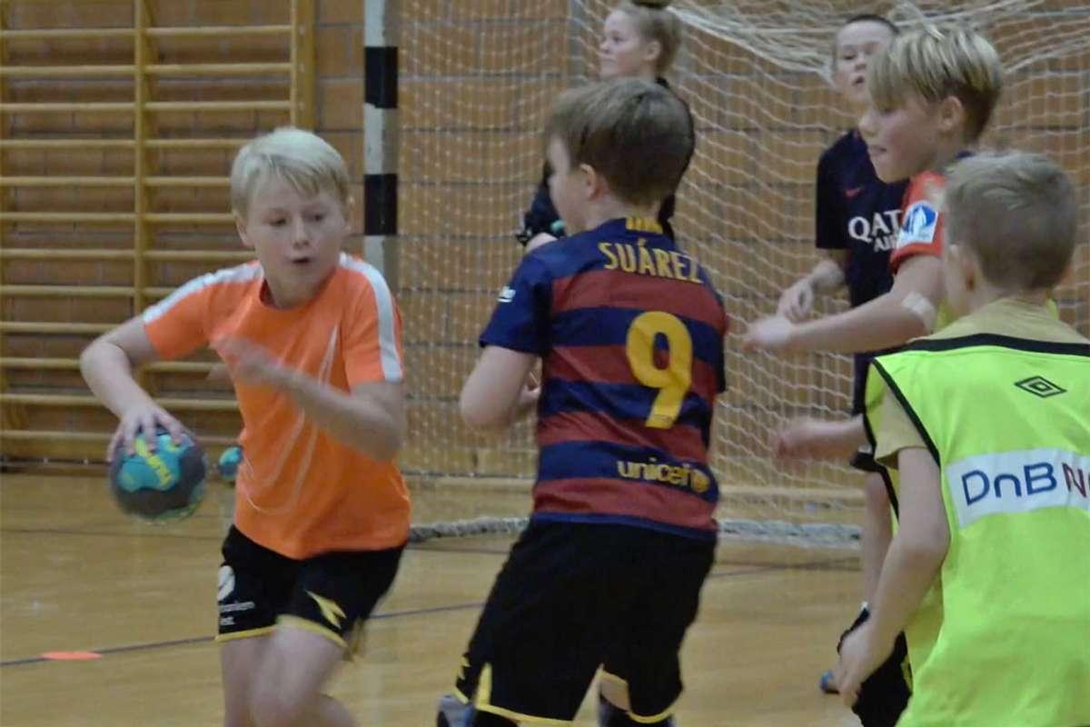 Dei neste helgene blir det høg kampaktivitet i Os idrettspark. Her frå handballskule i haustferien 2018.