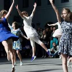 Elevar frå Os kulturskule på Dansens Dager i Bergen laurdag. (Foto: Wim Hetland)