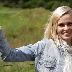 Også varaordførar Marie Lunde Bruarøy syng på Os-songen. (Foto: Kjetil Vasby Bruarøy)