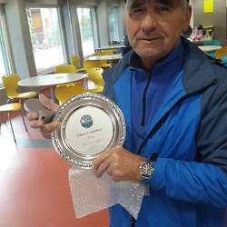 Hilmar Eidebakken fekk premie for å ha gått 25 år. (Privat foto)