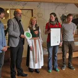 – Eg let dette vera stafettpinnen, sa ha, og gav diplomen til Berit. (Foto: Kjetil Vasby Bruarøy)