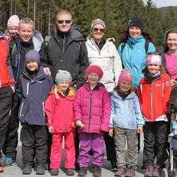 Familien Lund tok gjestar frå Sotra og Kvinnherad med på marsj. (Foto: Kjetil Vasby Bruarøy)