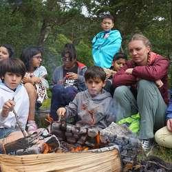 Dei frå India var mest ivrige på bading, og sette pris på varme frå bålet etterpå. (Foto: KVB)