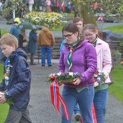 1. Os KFUK-KFUM speidarar la ned kransar på kyrkjegarden. (Foto: KOG)